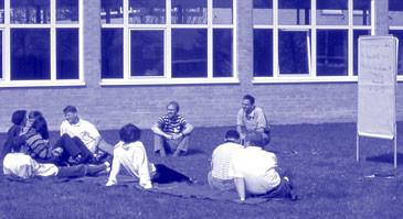 Foto aus einem Seminar: TeilnehmerInnen tagen unter freiem Himmel